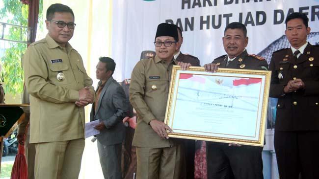 Walikota Malang Drs Sutiaji berikan penghargaan kepada Kepala Kejaksaan Negeri Kota Malang. (ist)