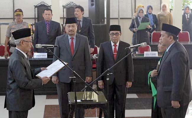 RESMI DILANTIK: Bupati KH. Salwa Arifin melantik dan mengambil sumpah Saifullah (kanan) sebagai Sekda Bondowoso definitif. (ido)