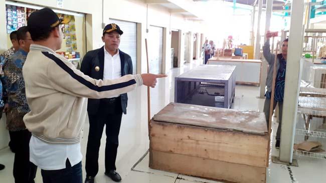 TINJAU : Bupati Sampang H Slamet Junaidi saat sidak ke Pasar Margalela. (zyn)
