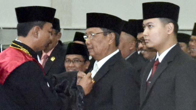 SEMENTARA: H.Ahmad Dhafir (PKB) dan M. Irsan M Bachtiar (PDI-P) dipercaya pimpinan DPRD Bondowoso sementara rapat paripurna pengambilan sumpah 45 anggota DPRD periode 2019-2024. (ido)
