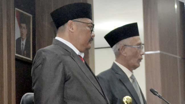 BERI SELAMAT: Bupati Bondowoso, KH. Salwa Arifin didampingo Wabup H. Irwan Bachtiar Rahmat menyaksikan pengambilan sumpah/janji 45 anggota DPRD periode 2019-2024. (ido)
