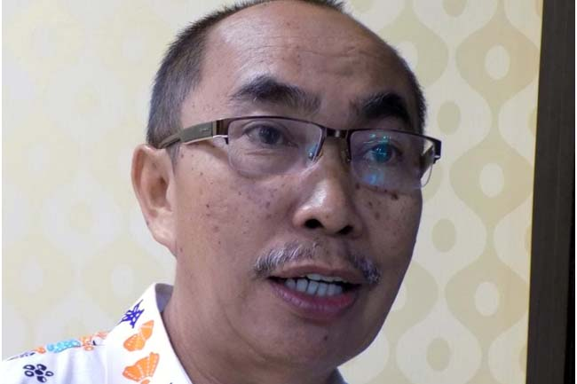 Drs H Suradji MM, Kepala Dinas Pemberdayaan Masyarakat dan Desa (DPMD) Kabupaten Situbondo saat diwawancarai Wartawan Memo X, kemarin. (im)