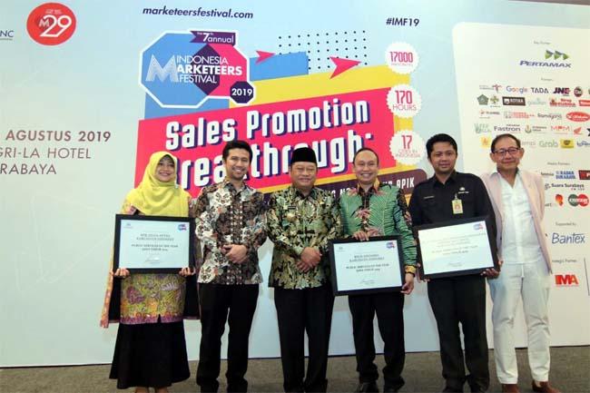 PENGHARGAAN - Tiga OPD di lingkungan Pemkab Sidoarjo meraih penghargaan Public Service Of The Year Jatim 2019 dalam acara Indonesia Marketeers Festival 2019 di Ballroom Shangri-la Hotel Surabaya, Kamis (8/8/2019)