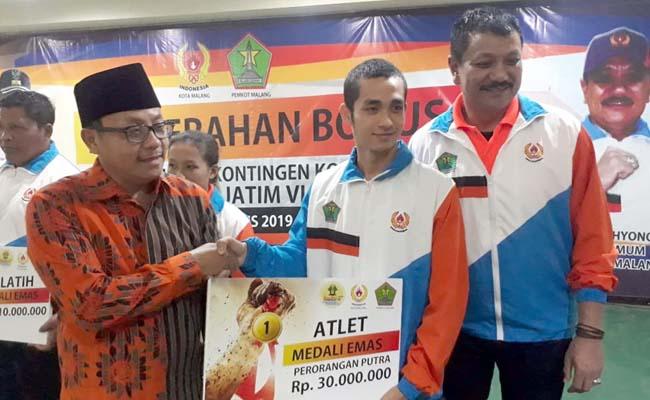 Pemberian Bonus Atlet oleh Walikota Malang Drs H Sutiaji dan Ketua KONI Kota Malang Eddy Wahyono. (gie)