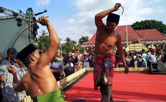 BERTARUNG: Dua peserta saat bertarung dalam mengikuti lomba Festival Ojhung Tahun 2019. (im)