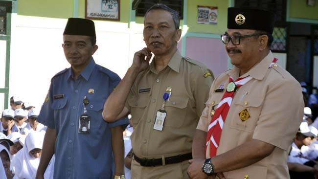 SIDAK: Kepala Disdikbud Bondowoso, Harimas (kanan) didampingi Kepala SMPN 2, Sarbini meninjau kondisi fasilitas gedung sekolah. (ido)
