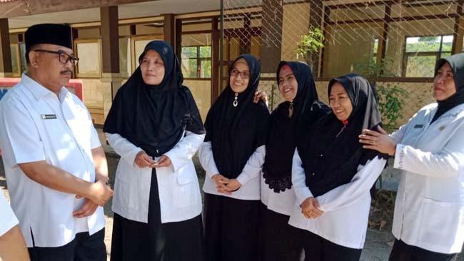 Kadisdikbud Bondowoso, H. Harimas berbincang dengan para guru SMPN 6 usai mengecek rehab gedung sekolah. (ido)