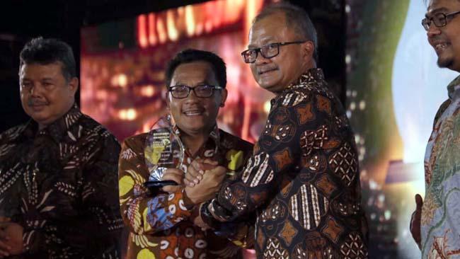 Walikota Sutiaji Terima Penghargaan Kepala Daerah Inovatif 2019 di Sumatera Barat