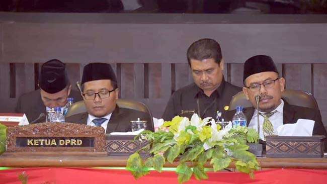 RAPAT PARIPURNA: Ketua sementara DPRD Situbondo Edy Wahyudi SE (kiri) didampingi ABD Rahman SH MH.(im)