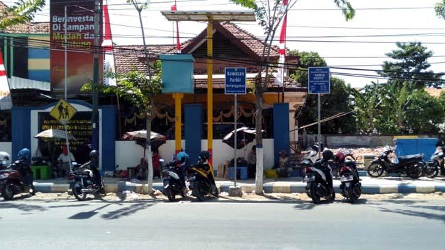 LOKASI : Wilayah parkir berlangganan di Jalan KH. Wakhid Hasyim. (zyn)