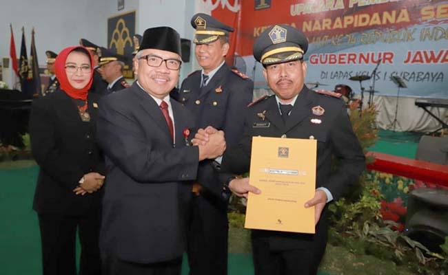 REMISI - Plt Asisten I Bidang Pemerintahan dan Kesra Sekdaprov Jatim Himawan Estu Bagijo menyerahkan pemberian remisi secara simbolis di Lapas Kelas I Surabaya di Porong (16/8/2019)
