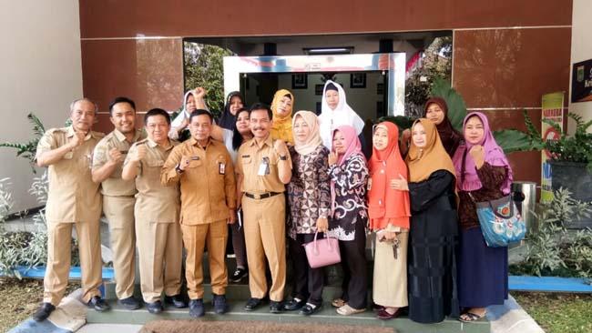 KOMPAK : Kadisnaker Kabupaten Malang Drs Yoyok Wardoyo MM bersama Dinas Koperasi, Kabid dan Para Mantan TKI. (sur)