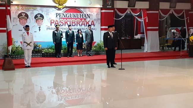 Bupati Sampang H Slamet Junaidi saat menjadi pembina upacara pengukuhan Paskibraka Kabupaten Sampang tahun 2019. (ist)