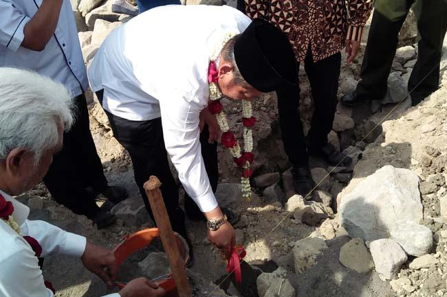 Bupati Sidoarjo , Saiful Illah meletakkan batu pertama .pembangunan Agrowisata Blimbing Watesari didampingi , Kepala Desa Watesari Kecamatan Balongbendo Sukisno. (par)