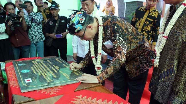 RESMI : Bupati Situbondo dan Konsul Jepang Tandatangani prasasti peresmian bangunan Rumah Bersalin UPT Puskesmas Sumbermalang, Kabupaten Situbondo, Jawa Timur. (im)