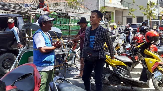 AMAN : Jukir saat bertugas di Jalan KH Wakhid Hasyim. (zyn)