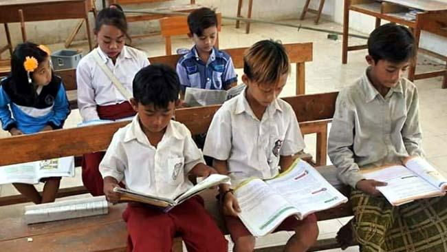 TETAP SEKOLAH: Para siswa SDN fillial Dusun Kerpang, Desa Curahtatal Situbondo. (im)