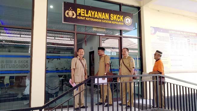 SKCK SYARAT PILKADES: Tampak Beberapa Kepala Desa dari Kecamatan Panarukan memohon SKCK di Polres Situbondo, kemarin. (im)