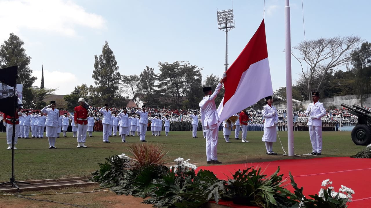 Pengibaran : Paskibra Kota Batu tengah mengibarkan bendera sang saka merah putih dalam peringatan HUT ke 74 RI di Stadion Gelora Brantas Kota Batu pagi in