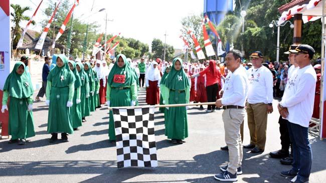 GARIS START: Wabup Ir H Yoyok Mulyadi M.Si memberangkatkan peserta lomba gerak jalan di depan pendapa. (im)