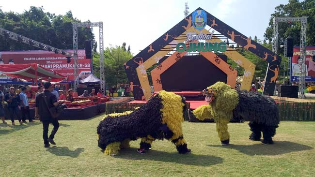 "CAN MACANAN: Pembukaan acara Festival Ojhung disambut oleh penampilan atraksi "" Can Macanan "". (im)"