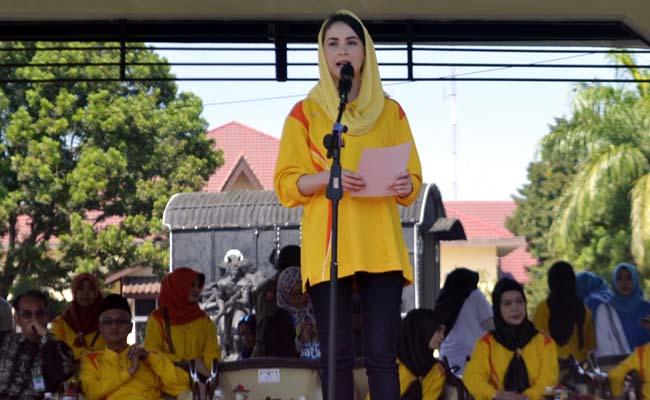 Arumi Bachsin Emil Dardak menyemangati orangtua di Bondowoso yang memiliki anak berkebutuhan khusus, agar tidak malu menyekolahkan. (ido)