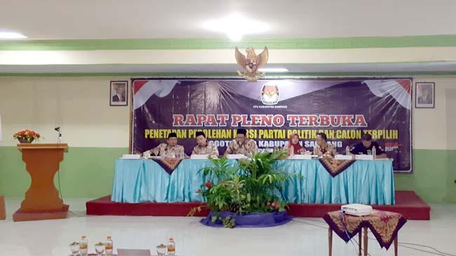 KHUSYUK : Suasana rapat pleno terbuka KPU Sampang di Aula Hotel Camplong. (zyn)