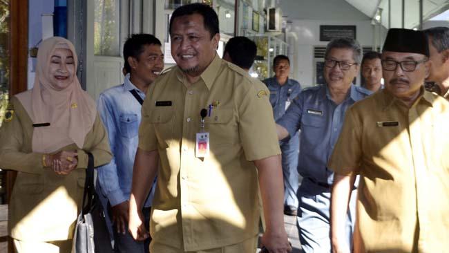 NOSTALGIA: Sekda Bondowoso Syaifullah berbincang dengan Kepala SMPN 1, M. Rubangi didampingi Kepala Disdikbud, Harimas dan Kabid SD/SMP Disdikbud, Lilik Harjati. (ido)
