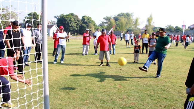 JAJAL - Bupati Sidoarjo mencoba (menjajal) lapangan olahraga Perumahan Sekardangan Indah (SKI), Kecamatan Sidoarjo yang sudah mangkrak selama 20 tahun, Minggu (18/08/2019)