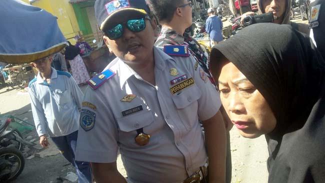 Kepala Seksi Lalu Lintas Ariek Moein saat melakukan penertiban di pasar Kamal