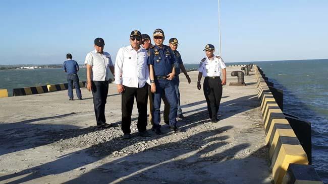 TINJAU : Bupati Sampang H Slamet Junaidi dan Kepala Kantor Unit Penyelenggara Pelabuhan (UPP) Kelas II Branta Edi Kuswanto saat meninjau lokasi pelabuhan. (zyn)