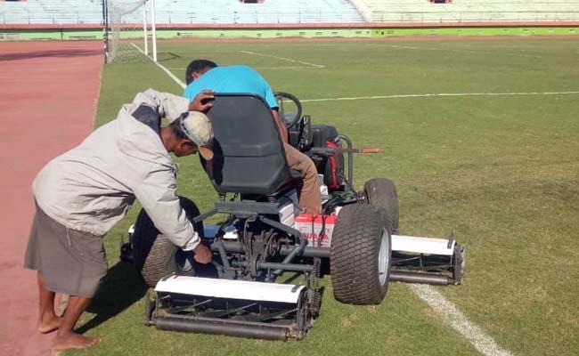 PROYEK - Proyek pemeliharaan rumput Stadion GOR dan Jenggolo yang dikerjakan PT Yuwana Eka Sejati Sentosa menggunakan alat yang seadanya diduga lantaran tanpa verifikasi pemenang, Selasa (06/08/2019)