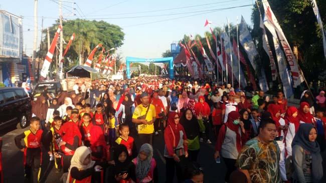 BANYAK : Ribuan warga Situbondo saat mengikuti jalan santai. (im)