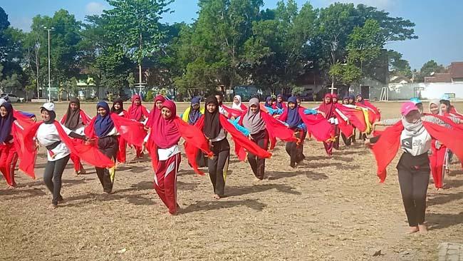 TERAMPIL : Ratusan pelajar SD hingga SMA/SMK kerika mengikuti seleksi Gandrung Sewu, bertempat di RTH Maroon, Kecamatan Genteng, Kamis (1/8/2019) siang. (tut)