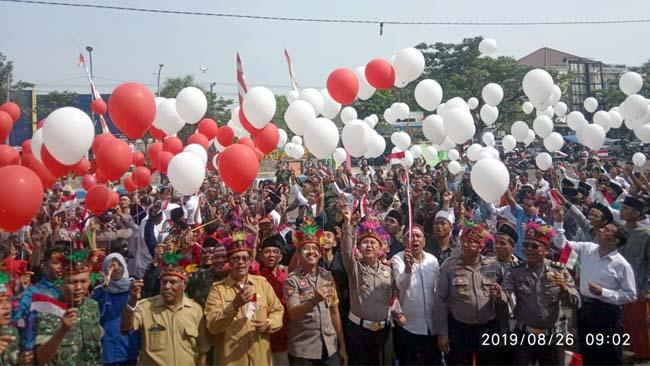 Wakil Bupati Bangkalan, Mohni bersama Forkopimda dan perwakilan warga Papua saat melepas balon usai acara deklarasi Cinta NKRI
