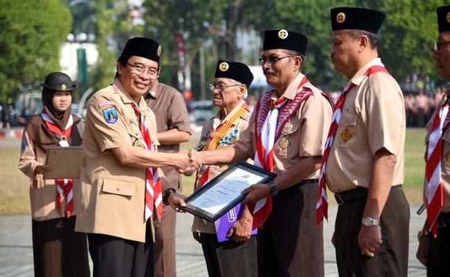 GERAKAN : Wakil Bupati Jember Drs.Abdul Muqit Arief upacara HUT Pramuka ke-58. (yud)