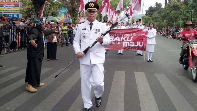 Walikota Dewanti Rumpoko Berangkatkan Peserta Karnaval
