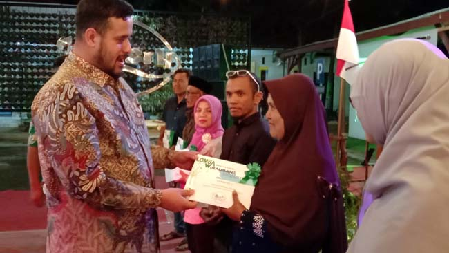 Habib Hadi saat berikan hadiah kepada para pemenang lomba UMKM di Kecamatan Wonoasih (Pix)