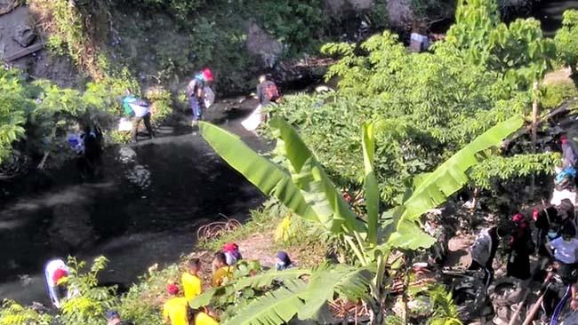 CINTA LINGKUNGAN: Masyarakat Bondowoso ramai-ramai membersihkan sungai dari sampah plastik