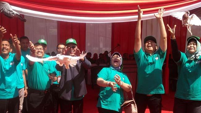 Bupati KH. Salwa Arifin, Kadisperta, Kajari, Kasdim 0822, dan Wakapolres Bondowoso melepas burung merpati di puncak Kontes Ternak Sapi Bondowoso 2019