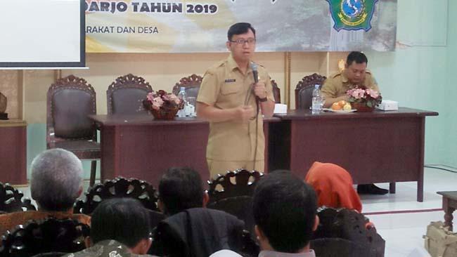 Dr. Heri Soesanto, DH. MH, Asisten Administrasi dan Kesra Sekertariat Daerah Kabupaten Sidoarjo menyampaikan meateri pedoman anggota BPD (par)