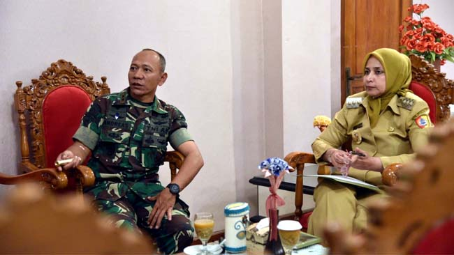 Pertemuan Bupati Jember, Danbrig Raider 09 dan Perwira seksi operasi Kodim 0824 Jember di pendopo Wahyawibawagraha. (bud)