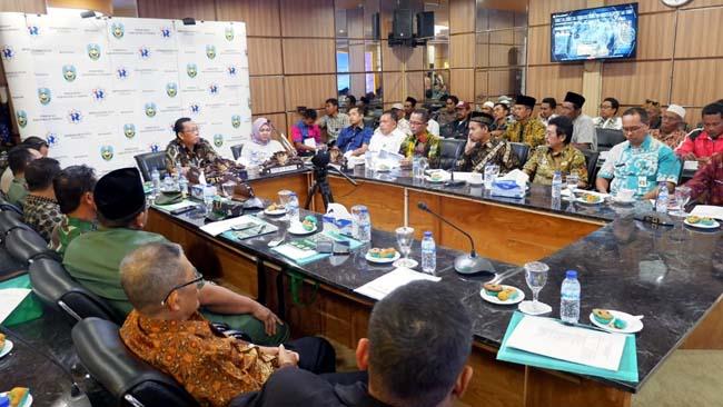 CARI SOLUSI: Pertemuan pembahasan tentang legalitas warga Dusun Merak oleh pihak-pihak terkait, kemarin (im)