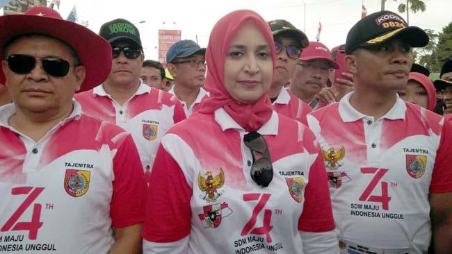 Bupati Jember dr Hj Faida MMr didampingi suami (memakai topi merah) dan Dandim 0824 Jember Letkol Inf Laode M Nurdin ( sebelah Kiri Bupati bertopi hitam). (yud)