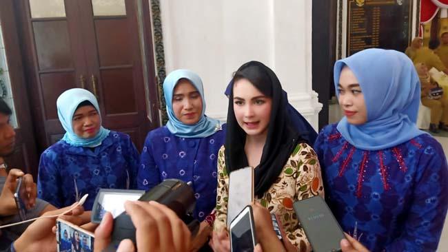 Arumi Bachsin saat diwawancarai wartawan. (zyn)