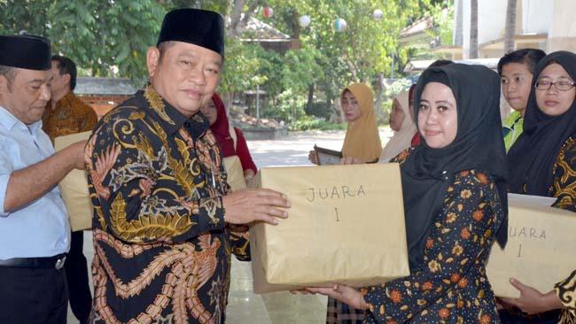 GEBYAR - Bupati Sidoarjo, Saiful Ilah memberikan hadiah kepada peserta Gebyar Prestasi Keluarga Penerima Manfaat (KPM) Program Keluarga Harapan (PKH) Tahun 2019 di Pendopo Delta Wibawa, Sabtu (14/09/2019)