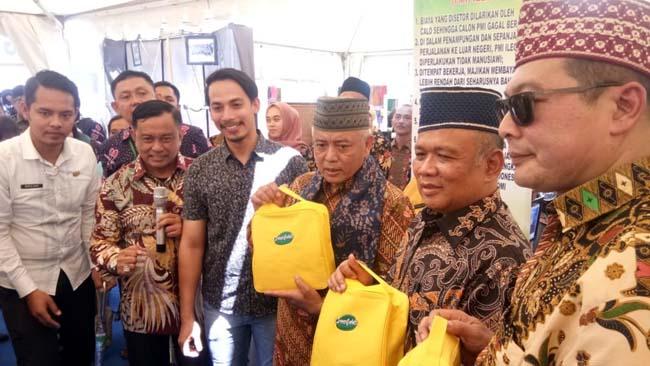 Plt Bupati Malang Drs HM Sanusi MM saat kunjungi stand Disnaker (Sur)