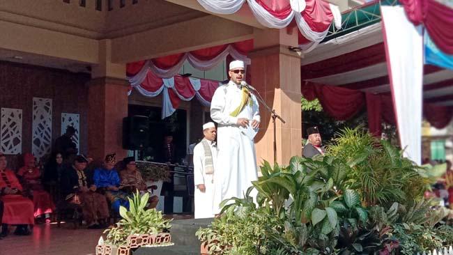 Wali kota Habib Hadi Zainal Abidin saat memimpin Apik HUT Kota Probolinggo ke -660 dengan mengenakan pakaian gamis (Pix)