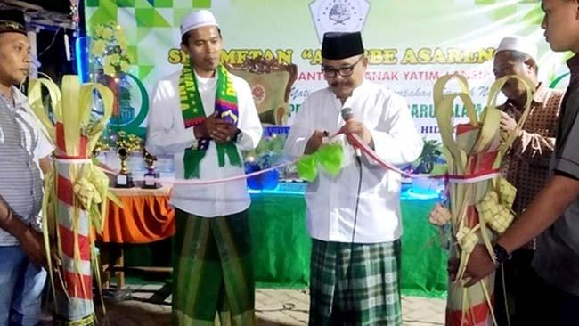 GUNTING PITA: H. Harimas, Kadisdikbud Bondowoso resmikan gedung Madin dan Musala di Desa Kejayan, Kecamatan Pujer