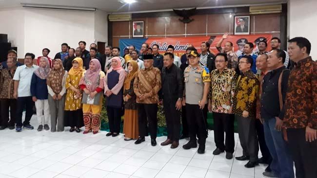 Gubernur Jawa Timur Dra Hj Kjofifah saat berfoto bersama awak media Malang Raya. (gie)